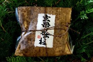 玄米イカおこわの竹皮包み包装
