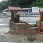 レンガ壁と古木