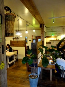 にちにち食堂店内は、足場板だけでなく、漆喰や錆びたアイアン、アンティークな雑貨とグリーンで、女性には良い感じの空間です。