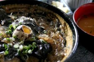活きたまんまのシロウオを、海鮮丼のタレで丼に載せた「素魚の踊り丼」ww! ※ええ、もちろん跳ねて逃げます。