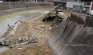 港橋付近の河川決壊跡