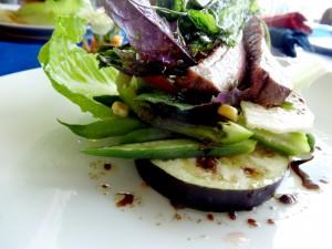 合鴨ローストと一緒に盛り付けられた野菜。